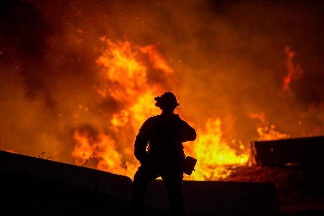 Cháy rừng dữ dội tại California, hàng trăm nghìn người di tản - 6