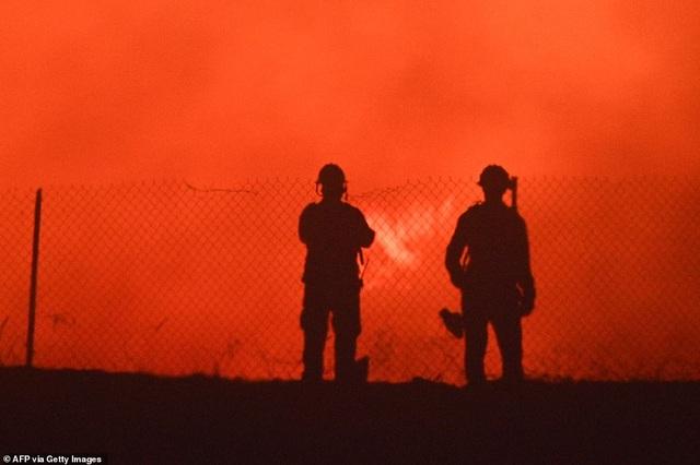 Cháy rừng dữ dội tại California, hàng trăm nghìn người di tản - 5