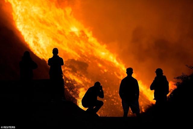 Cháy rừng dữ dội tại California, hàng trăm nghìn người di tản - 3