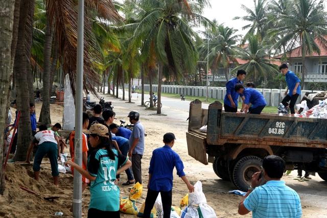 """Người dân Quảng Nam hối hả chằng chống nhà """"đón"""" bão - 4"""