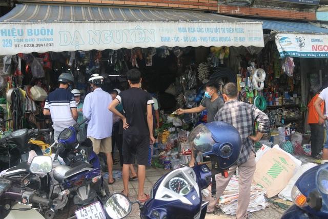 Người dân Đà Nẵng đổ xô mua vật liệu chằng chống nhà cửa trước siêu bão - 2
