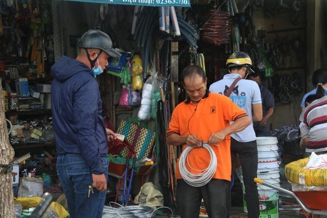 Người dân Đà Nẵng đổ xô mua vật liệu chằng chống nhà cửa trước siêu bão - 3