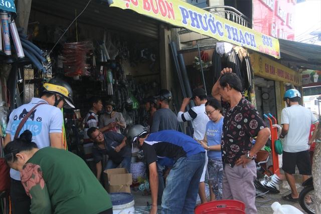 Người dân Đà Nẵng đổ xô mua vật liệu chằng chống nhà cửa trước siêu bão - 6