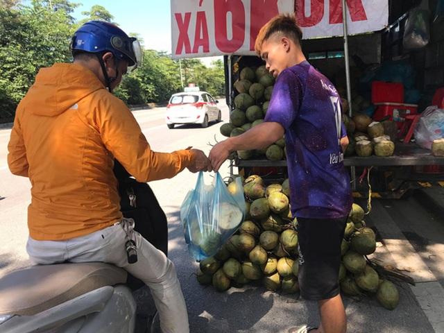 """Hà Nội: Dừa xiêm bán """"giá rẻ như cho"""", người bán tiết lộ nguyên nhân - 2"""