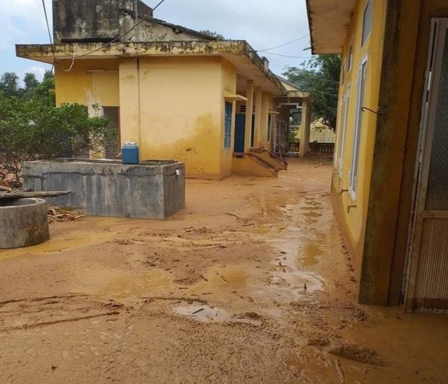 Quảng Trị: Trường ngập bùn nửa mét, học sinh chưa biết bao giờ trở lại lớp - 4