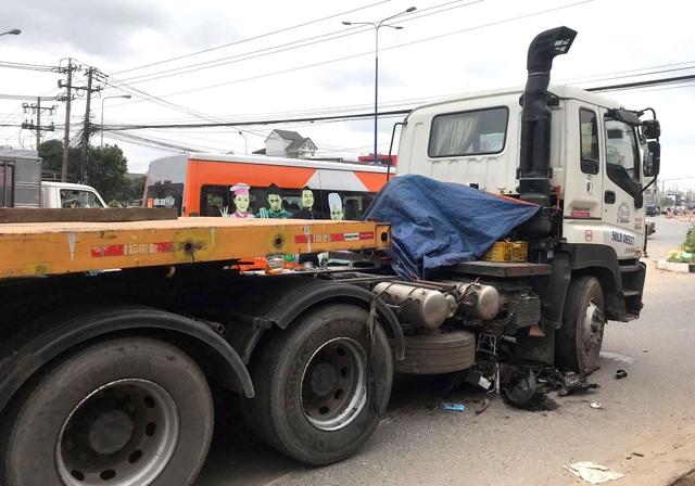 Nâng bánh xe đầu kéo giải cứu một phụ nữ bị chèn ngang chân - 1