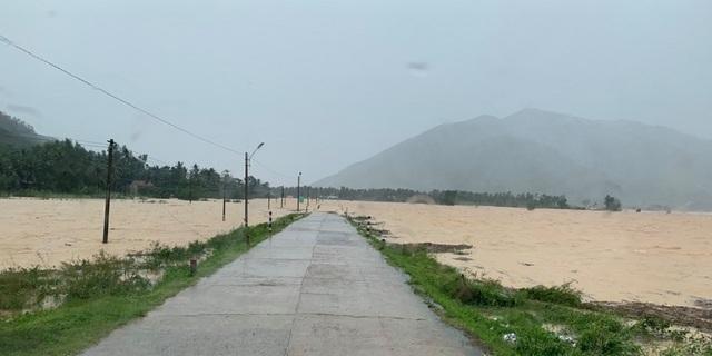 400 hộ dân bị chia cắt vì ngập lụt - 2