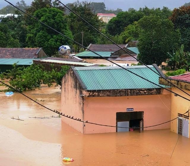 Chính quyền giúp di dời hàng trăm hộ dân cùng tài sản ra khỏi vùng lũ - 16