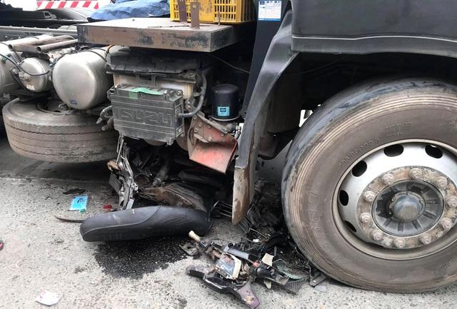 Nâng bánh xe đầu kéo giải cứu một phụ nữ bị chèn ngang chân - 2