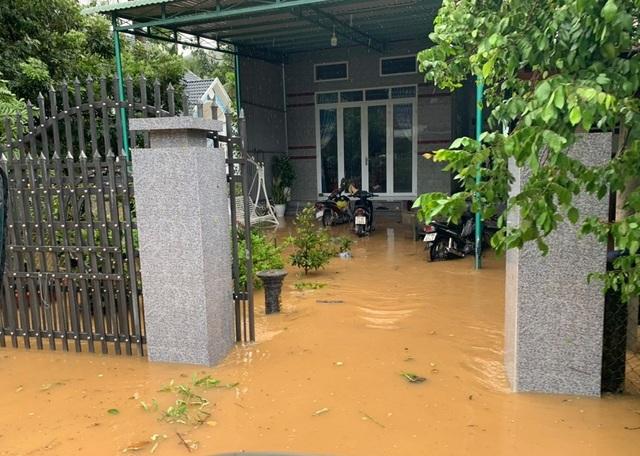 400 hộ dân bị chia cắt vì ngập lụt - 1