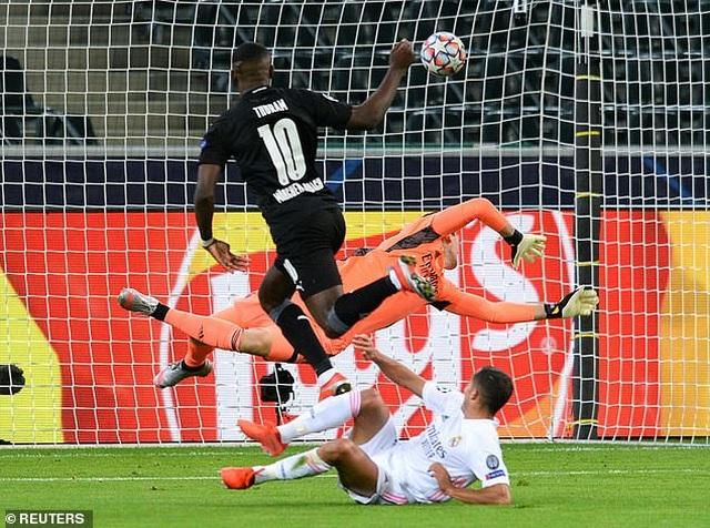 Hòa may mắn Moenchengladbach, Real Madrid đứng cuối bảng - 2