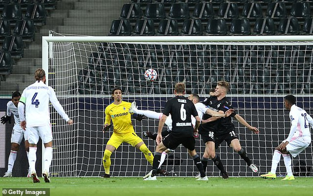 Hòa may mắn Moenchengladbach, Real Madrid đứng cuối bảng - 6
