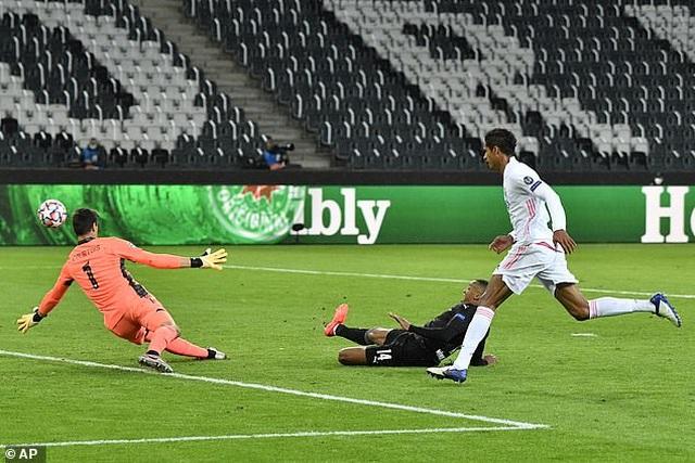 Hòa may mắn Moenchengladbach, Real Madrid đứng cuối bảng - 4