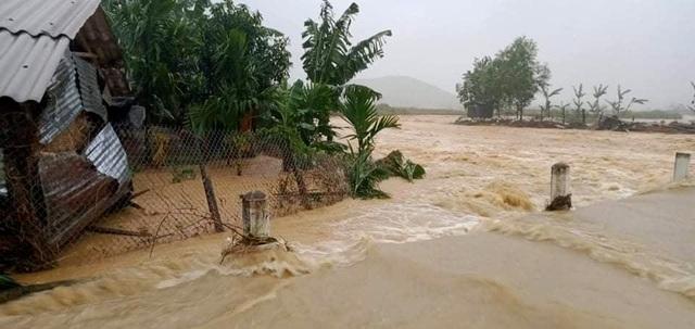 Quảng Nam: 2 cán bộ đi chống bão bị vùi lấp, mất tích - 5
