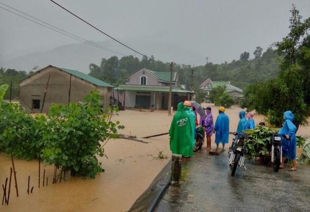 Chính quyền giúp di dời hàng trăm hộ dân cùng tài sản ra khỏi vùng lũ - 7