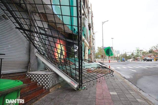 Đường phố Đà Nẵng ngổn ngang, cây xanh ngã đổ la liệt sau bão - 5