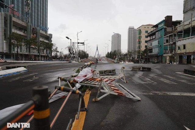Đường phố Đà Nẵng ngổn ngang, cây xanh ngã đổ la liệt sau bão - 8