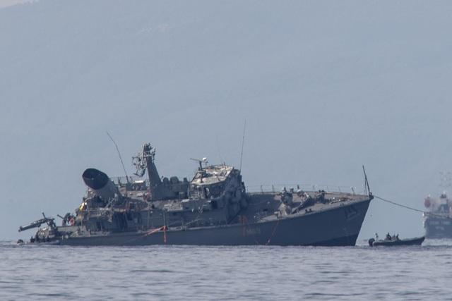 Tàu chở hàng đâm vỡ đôi tàu dò mìn của hải quân Hy Lạp - 4