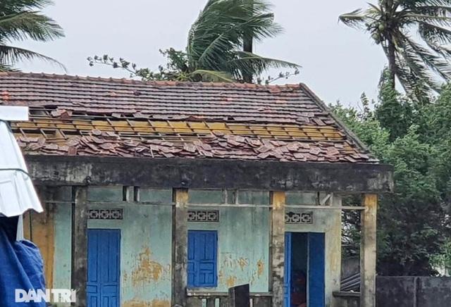 Quảng Ngãi: Nhà dân tan hoang sau bão số 9 - 10