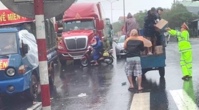 Người dân và CSGT phát đồ ăn cho tài xế, hành khách mắc kẹt trên Quốc lộ 1 - 5