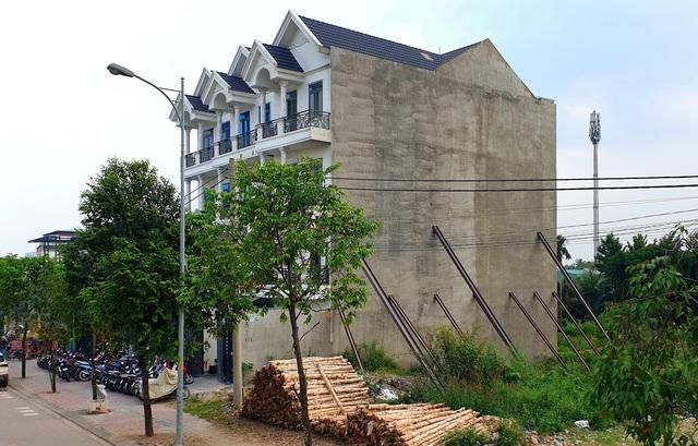 """Nhà 4 tầng phải """"chống gậy"""", nguy cơ đổ sập bất cứ lúc nào - 2"""