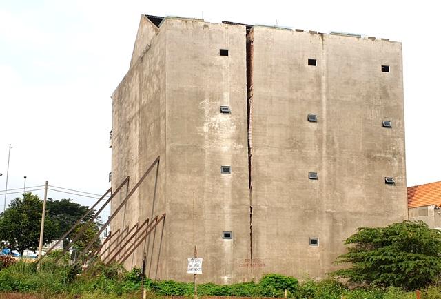 """Nhà 4 tầng phải """"chống gậy"""", nguy cơ đổ sập bất cứ lúc nào - 5"""