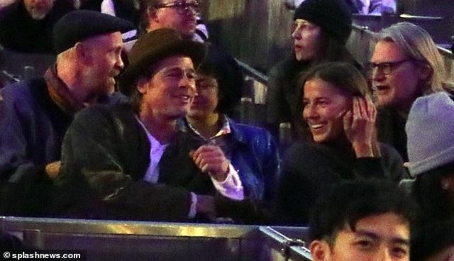 Brad Pitt chia tay bạn gái 9X - 3