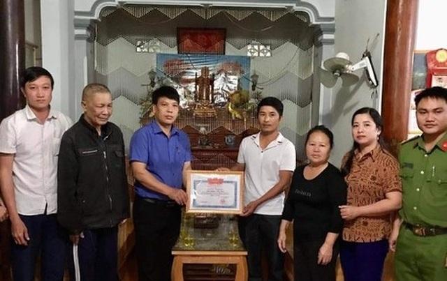 """Người phụ hồ """"xẻ"""" dòng nước lũ cứu 3 người gặp nạn trên sông Lam - 1"""