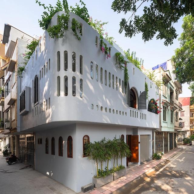 Căn biệt thự trắng có mặt tiền cong độc đáo, nổi bật nhất khu phố ở Hà Nội - 1
