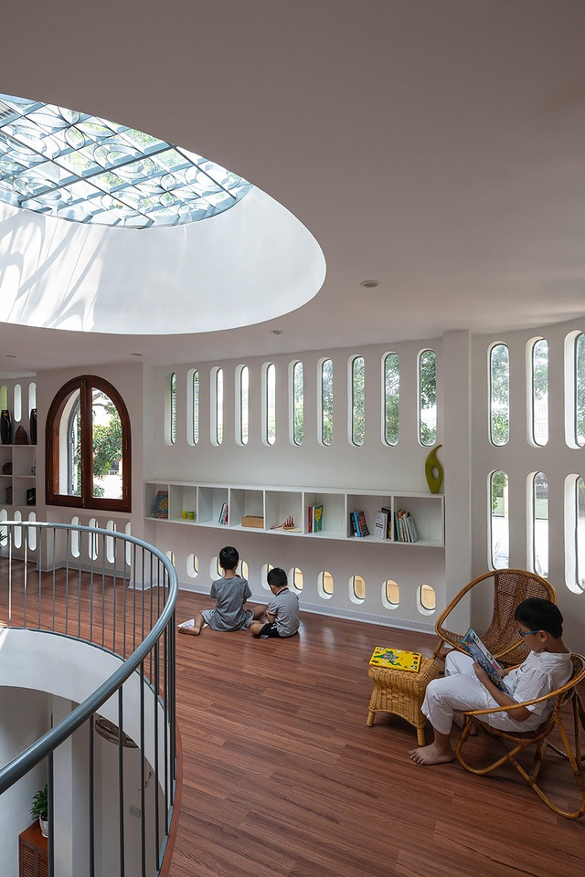 Căn biệt thự trắng có mặt tiền cong độc đáo, nổi bật nhất khu phố ở Hà Nội - 4