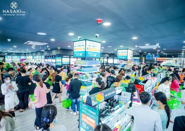Khách hàng hào hứng trải nghiệm mua sắm mỹ phẩm tại sự kiện khai trương Hasaki Beauty  S.P.A chi nhánh 11 - 1