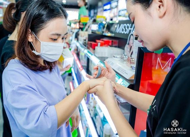 Khách hàng hào hứng trải nghiệm mua sắm mỹ phẩm tại sự kiện khai trương Hasaki Beauty  S.P.A chi nhánh 11 - 5