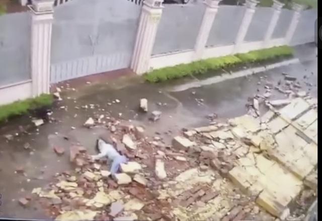 Khoảnh khắc gió mạnh thổi bức tường đổ đè cô gái bất tỉnh - 1