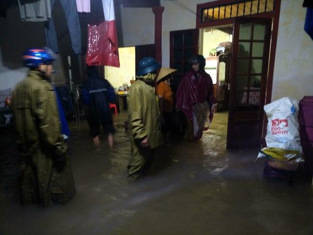 Hàng trăm hộ dân chạy lũ trong đêm - 16