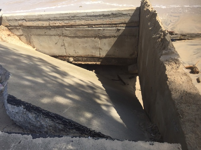 Bờ biển sạt lở nghiêm trọng, nhiều hàng quán đổ sập - 3