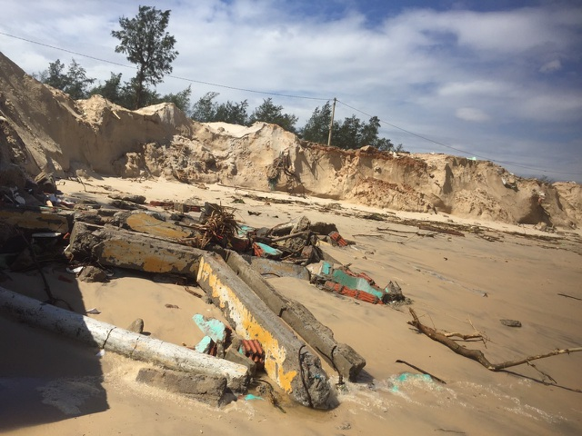 Bờ biển sạt lở nghiêm trọng, nhiều hàng quán đổ sập - 1