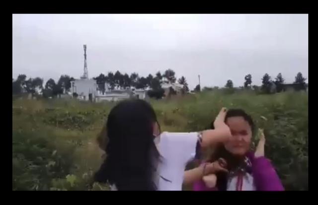 Mâu thuẫn lời nói, hai nữ sinh lớp 7 đánh nhau để bạn bè quay clip - 1