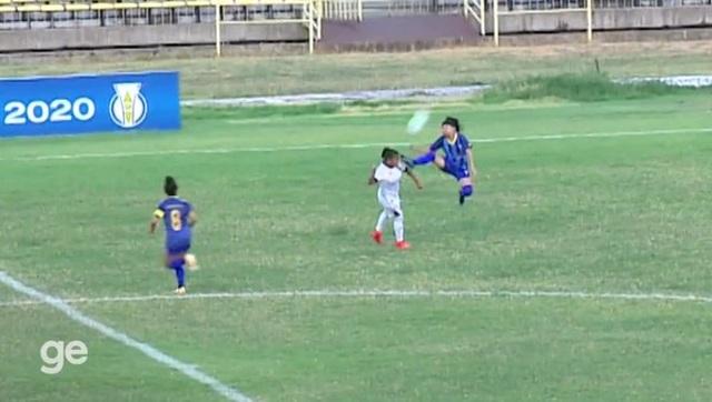 Pha đạp rợn người của nữ cầu thủ khiến đối phương nằm sân đau đớn - 1