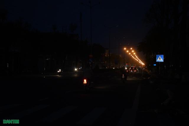 Quảng Ngãi: Hàng ngàn hộ dân với cuộc sống không ánh đèn điện - 2