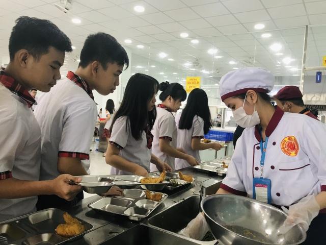 TP.HCM: 24 học sinh nhập viện nghi ngộ độc thực phẩm - 1
