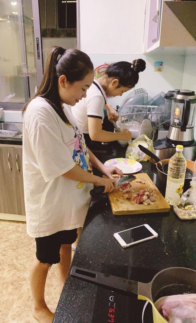 Người Đà Nẵng tất bật đón tiếp, nấu cơm cho hàng trăm bà con trú bão - 2