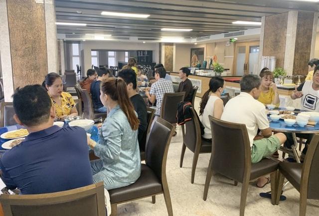 Người Đà Nẵng tất bật đón tiếp, nấu cơm cho hàng trăm bà con trú bão - 4