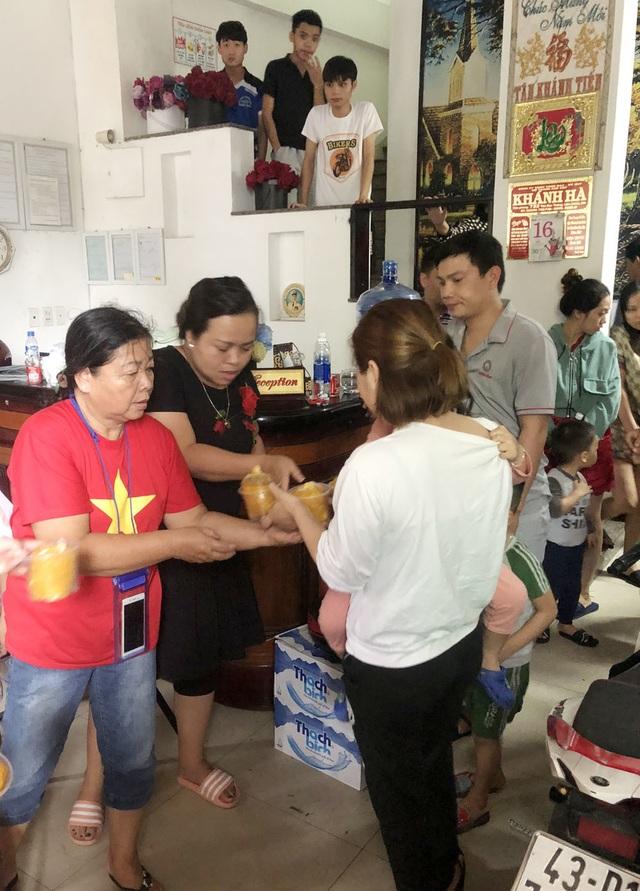 Người Đà Nẵng tất bật đón tiếp, nấu cơm cho hàng trăm bà con trú bão - 8