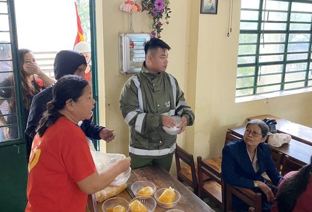 Người Đà Nẵng tất bật đón tiếp, nấu cơm cho hàng trăm bà con trú bão - 9