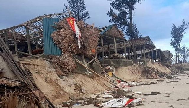 Bờ biển sạt lở nghiêm trọng, nhiều hàng quán đổ sập - 5