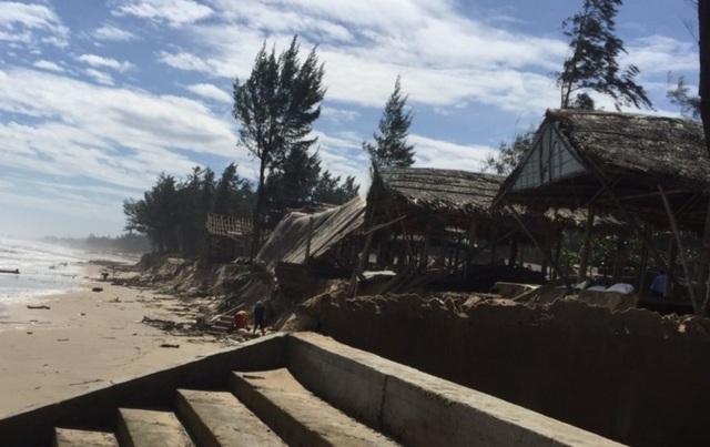Bờ biển sạt lở nghiêm trọng, nhiều hàng quán đổ sập - 2