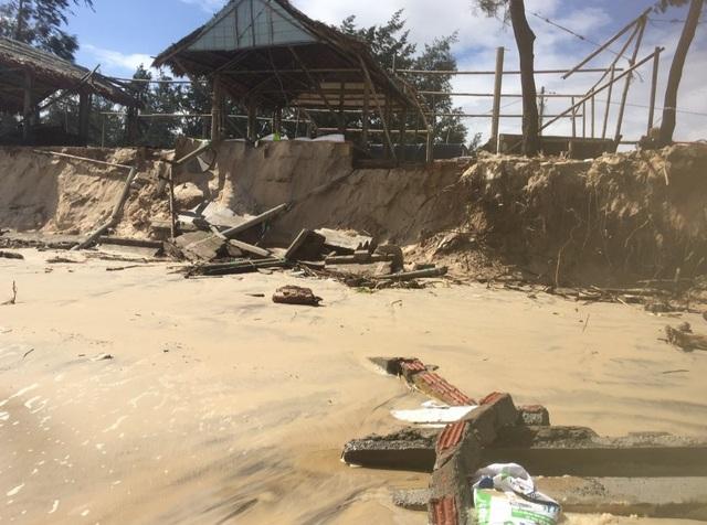 Bờ biển sạt lở nghiêm trọng, nhiều hàng quán đổ sập - 4