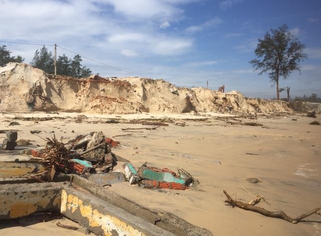 Bờ biển sạt lở nghiêm trọng, nhiều hàng quán đổ sập - 6