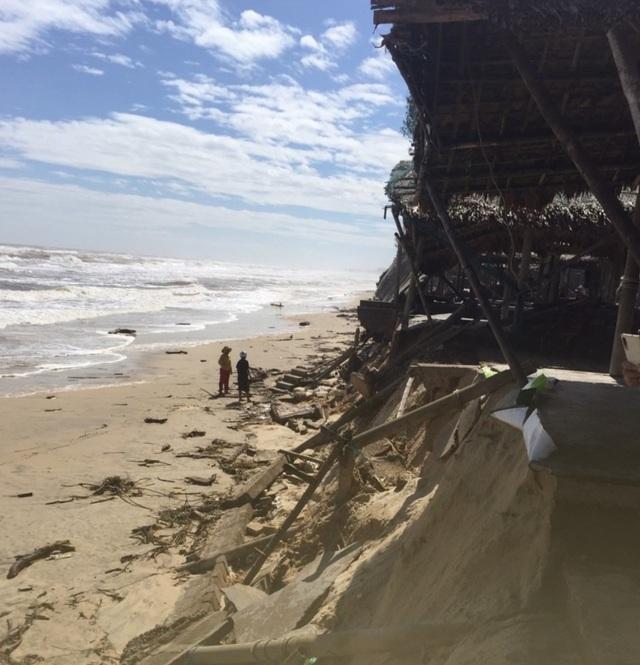 Bờ biển sạt lở nghiêm trọng, nhiều hàng quán đổ sập - 7