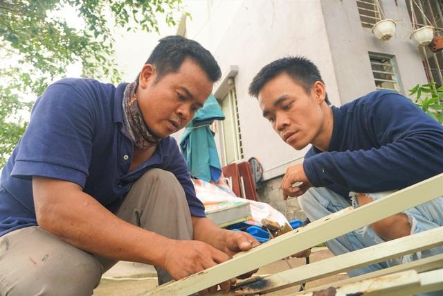 """Tình người Đà Nẵng: """"Nhà ai hỏng mái tôn do bão, tôi sửa miễn phí"""" - 2"""